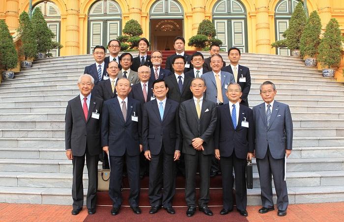 サン国家主席(中央)と記念撮影