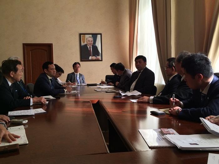 エシンベコフ・カザフスタン商工会議所会頭(右から4人目)