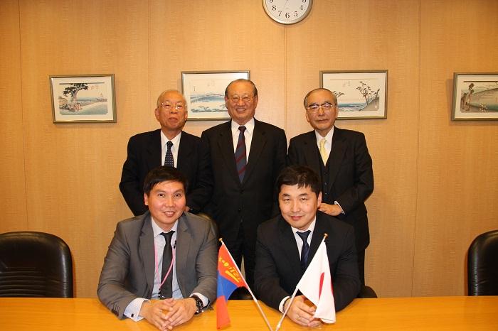 バーサンフー・モンゴル国家大会議議員(前列右)を囲んで