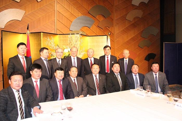 モンゴル国県知事一行と記念撮影