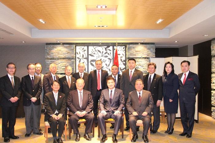 サイハンビレグ首相(前列右から2人目)を囲んで