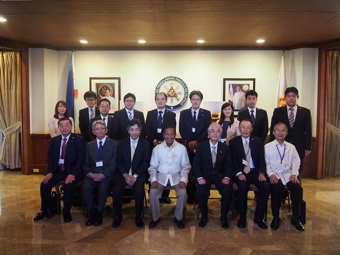ビナイ・フィリピン副大統領と訪問団一行