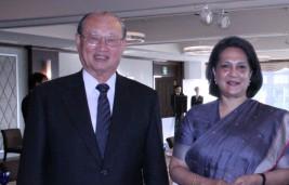 ワドワ駐日インド大使(右)
