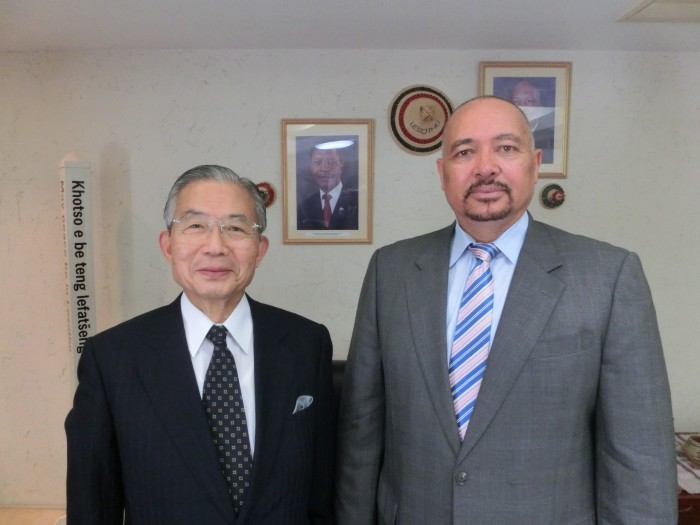 リチャド・ラモエレツィ駐日レソト大使(右)