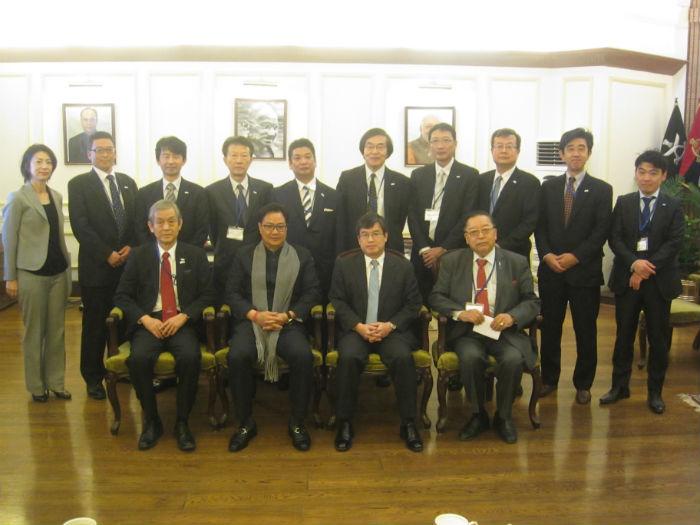 リジジュ内務閣外大臣(前列左から2番目)との集合写真