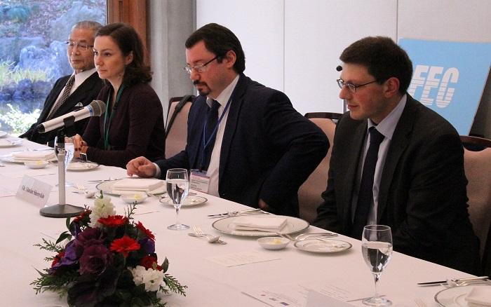 (手前から)アガフォノフ次官、シェレイキン長官、クリクノヴァ国際ネットワークマネージャー