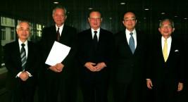 (左から)山口委員長、堀之内新駐カンボジア大使、松澤理事長、隈丸前駐カンボジア大使、湯下専務理事