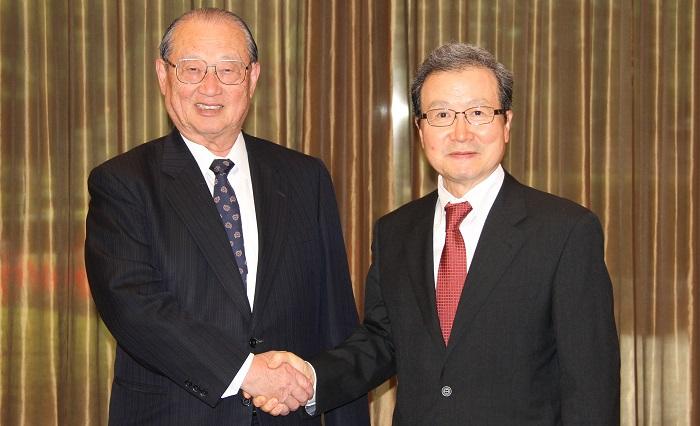 松澤理事長と握手をする程永華駐日中華人民共和国大使
