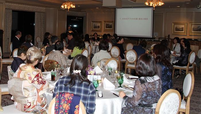 LFEC東京研修の夕食懇談会。スライドを使用して講演が行われた