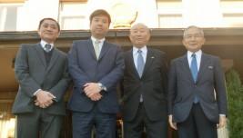 (左から)ティエン参事官、ソン公使、中垣団長、湯下顧問