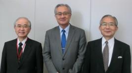 山口委員長、石井正文駐インドネシア大使、湯下委員会顧問(左から)