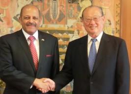 スジャン・R・チノイ駐日インド大使(左)と松澤FEC理事長