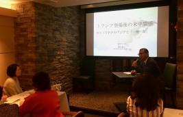 講演をする西村豪太・週刊東洋経済編集長