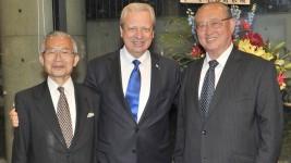 5月9日のEUデーのレセプションにてブドゥラ駐日EU大使(中央)、松澤理事長(右)、湯下専務理事(左)
