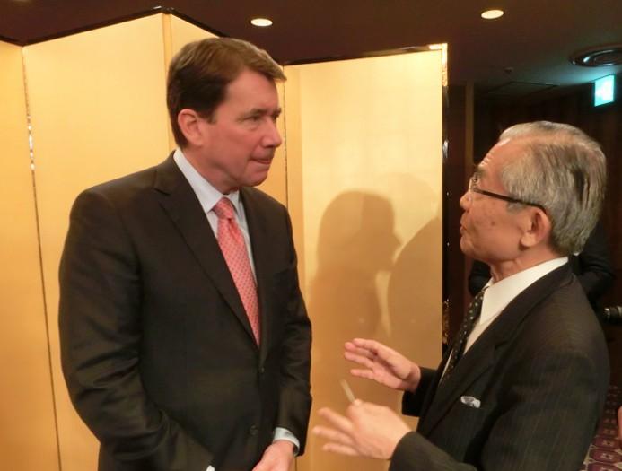 ウィリアム・F.・ハガティ新駐日米国大使(左)