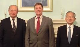 ポール・マデン英国大使(中央)