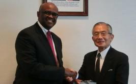 ソロモン・カランジャ・マイナ駐日ケニア大使(左)