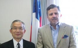 グスタボ・アジャレス駐日チリ大使(右)