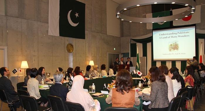 パキスタン大使館にてカーン大使の講演を聞く研修参加者たち