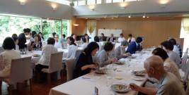 テーブルマナーを実践する参加者