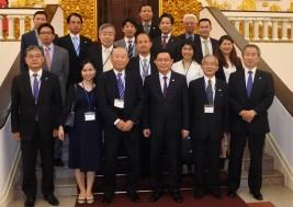 ヴォン・ディン・フエ副主相(前列右から3番目)らと訪問団一行