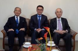ウン・ラチャナ駐日カンボジア大使(中央)