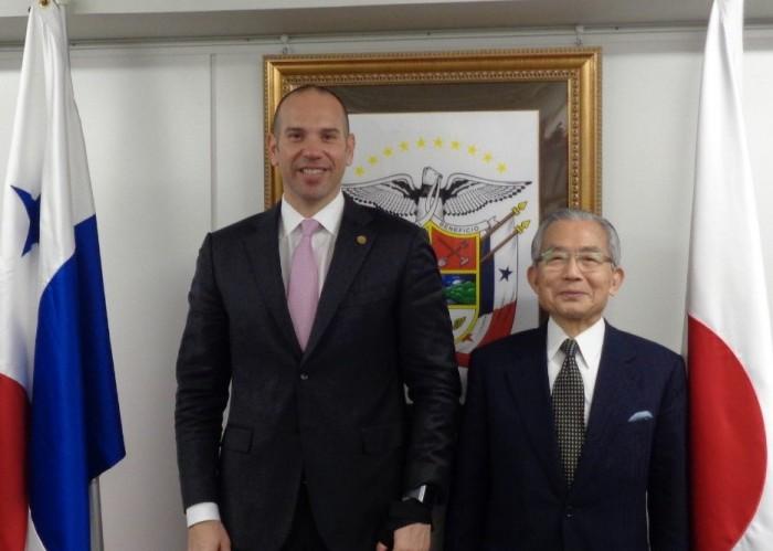 ペレ駐日パナマ大使(左)
