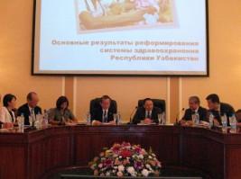 イクラモフ・ウズベキスタン副首相(右から3人目)とアリモフ・ウズベキスタン保健大臣(同2人目)