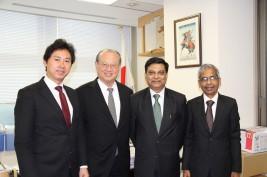 プラダン事務局長(右から二人目)とサンガヴィー事務局次長(右)