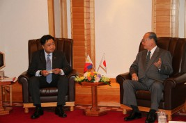 セサル・プリシマ・フィリピン財務相(左)