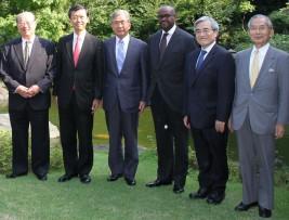 (左から)松澤理事長、丸山部長、関山委員長、マイナ大使、加藤理事、湯下専務