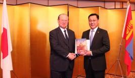 記念品交換をするジャルガルトルガ・エルデネバト・モンゴル国首相