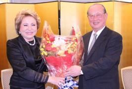 松澤理事長から花束を受け取るマトビエンコ議長