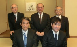(前列左から)梅田駐ベトナム大使、外務省・宮本課長(後列左から)山口委員長、松澤理事長、湯下専務理事
