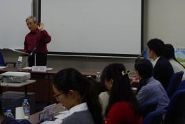 JICA理事の加藤宏氏の講演を聞く学生たち