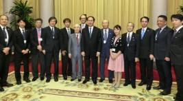 チャン・ダイ・クアン国家主席(中央)を囲んで