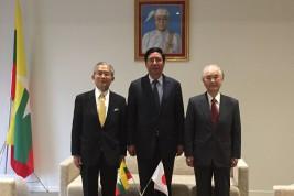(右から)山口団長、トゥレイン・タン・ズィン駐日ミャンマー大使、湯下専務理事