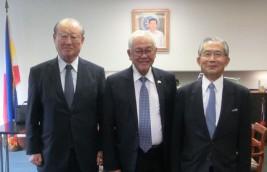 ホセ・C.・ラウレル・5世 駐日フィリピン共和国大使(中央)と松澤理事長、湯下専務理事