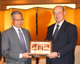 ダト・セリ・ムスタパ・モハメド・マレーシア国際貿易・産業大臣(左)と松澤理事長