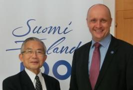 ユッカ・シウコサーリ駐日フィンランド大使(右)