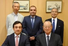 (前列左から)ギュルセル・グドラト・オグル・イスマイルザーデ駐日アゼルバイジャン大使、松澤理事長(後列左から)田丸参与、タリボフ参事官、湯下専務理事