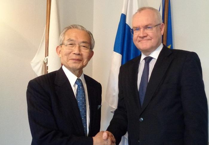 ペッカ・オルパナ駐日フィンランド大使(右)