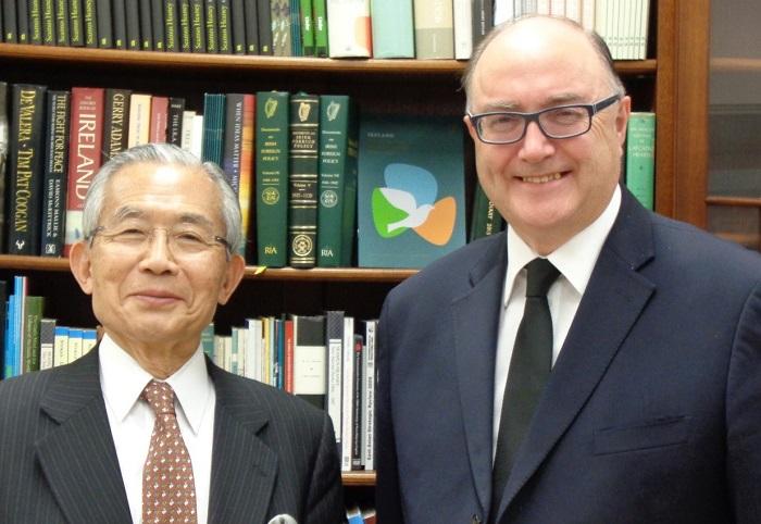 ポール・カヴァナ駐日アイルランド大使(右)