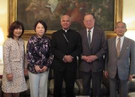 ジョセフ・チェノットゥ駐日ローマ法王庁大使(中央)