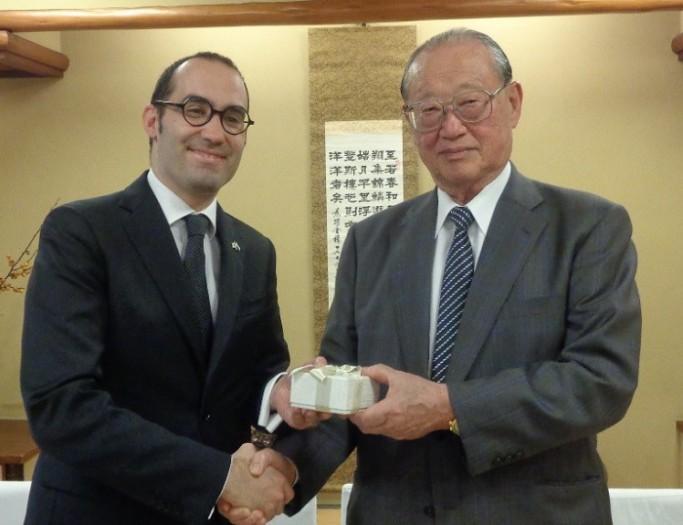 ニコラ・レンツィ・サンマリノ共和国外務・政務・司法長官(左)