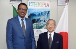 カサ・ガブラヒウォット駐日エチオピア大使(左)