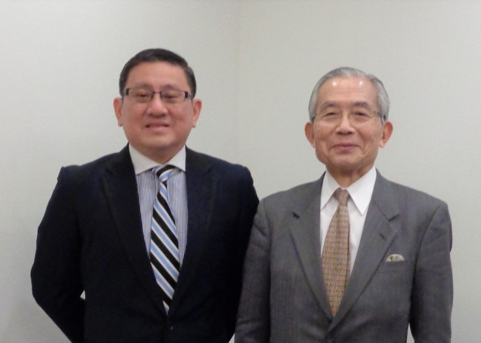 タン駐日シンガポール共和国大使(左)