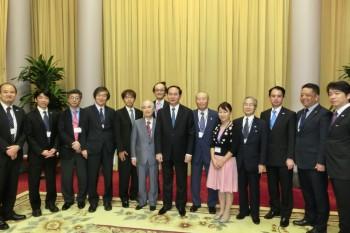 チャン・ダイ・クアン国家主席(写真中央)を囲んで