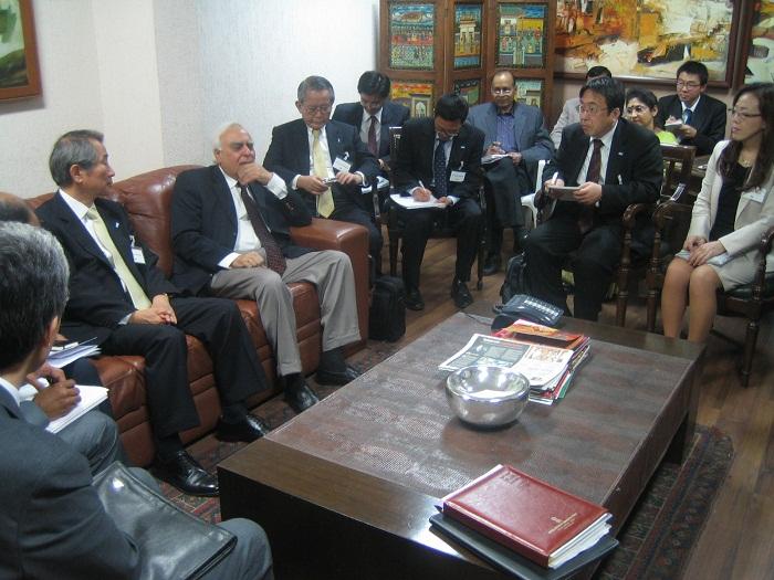 シバル通信情報技術大臣(左から2人目)との懇談