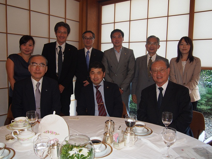 バーサンフー・モンゴル国家大会議議員(前列中央)を囲んで